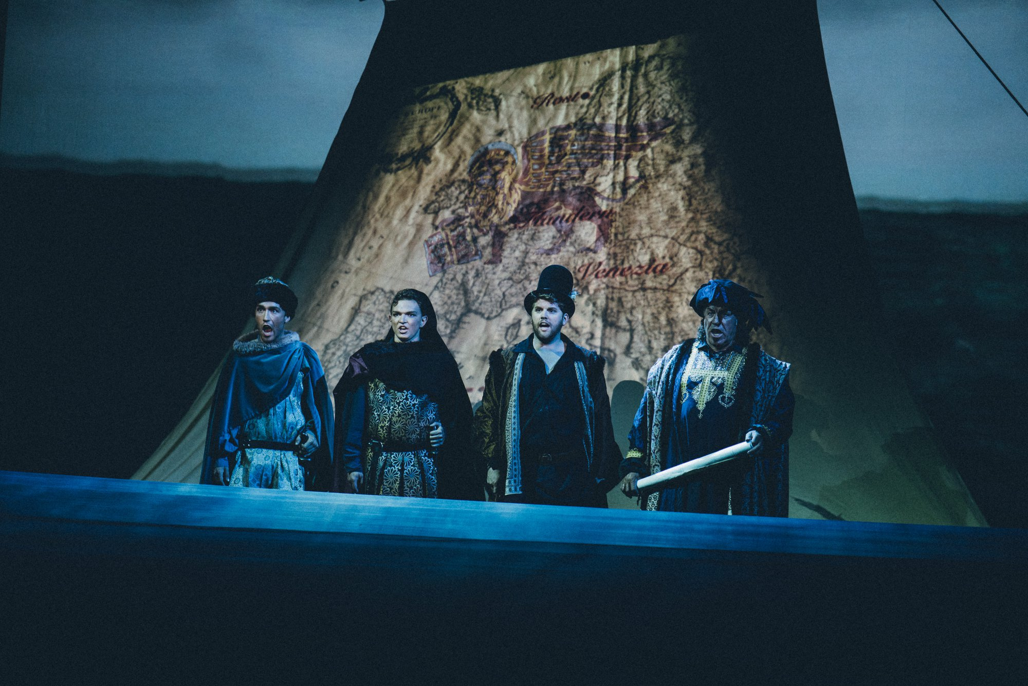 Querini og mannskapet foran seilet